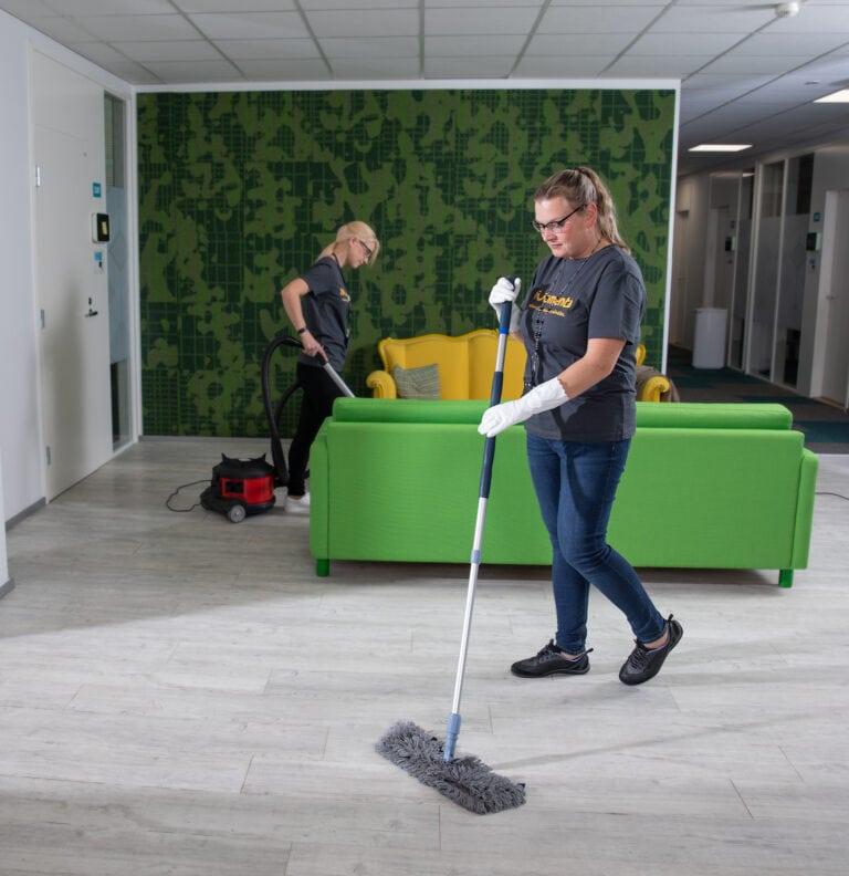 Kesällä tehtävät siivoustyöt eivät häiritse työntekoa – tilaa toimiston perussiivoukset nyt